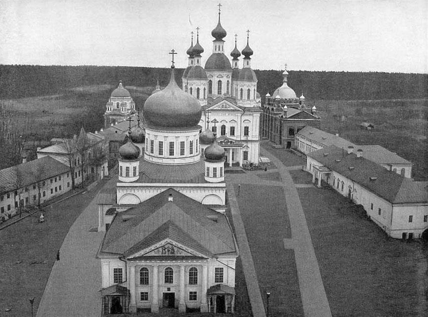 Храм в честь иконы «Живоносный Иточник» (на переднем плане) и Успенский собор (на заднем плане)